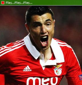 Fenerbahçe'nin bir numaralı transfer gündeminde yer alan Oscar Cardozo hakkında Benfica Kulübü resmi internet sitesinden bir açıklama yayınladı