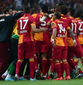 Galatasaray'da, Melo'nun 2 yıldır giydiği 10 numaralı forma Sneijder'e teslim ediliyor.