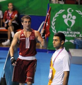17. Akdeniz Oyunları'nda 75 kiloda ringe çıkan milli boksör Adem KIlıççı, Mısırlı Hosam Abdin'i yenerek altın madalya kazandı
