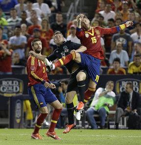 2013 FIFA Konfederasyon Kupası'nda mücadele eden İspanya Milli Takımı'nda oyuncuların parasını çaldırmasının perde arkası aralanmaya başladı.