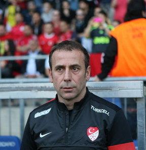 """A Milli Futbol Takımı Teknik Direktörü Abdullah Avcı, Ay-yıldızlıların 2014 Dünya Kupası Elemeleri performansını değerlendirirken, """"Başarılı değiliz"""" dedi"""