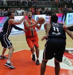 Beko Basketbol Ligi playoff yarı final serisi üçüncü maçında Banvitspor, evinde Anadolu Efes'i 75-69 mağlup ederek eşleşmede skoru 2-1'e getirdi