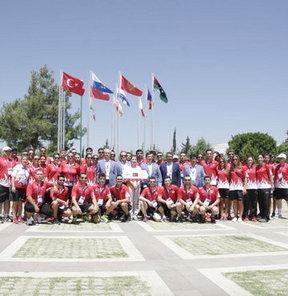 Türkiye'nin ev sahipliğinde gerçekleştirilen 17. Akdeniz Oyunları'na katılan ülkeler için bayrak töreni düzenlendi
