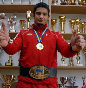 17. Akdeniz Oyunları'nda serbest stil 120 kilo finalinde milli güreşçi Taha Akgül, Tunuslu Slim Trabelsi'yi 2-0 yenerek, altın madalya kazandı