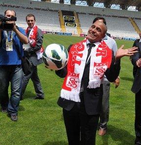 Spor Toto Süper Lig ekiplerinden Sivasspor'un sportif direktörü Murat Erdoğan, 1-2 yıl içerisinde şampiyonluğa oynayan bir Sivasspor oluşturmayı hedeflediklerini söyledi