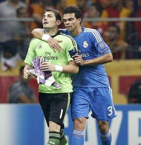 UEFA Şampiyonlar Ligi (B) Grubu'nda oynanan Galatasaray-Real Madrid maçında sakatlanan kaleci İker Casillas'ın sol kaburgasında ezilme olduğu açıklandı.