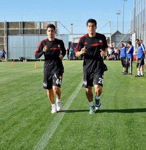Sivasspor'un yeni transferleri Cicinho ve Rengifo, takımla çalışmalara başladı