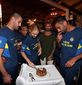 Sarı-lacivertli oyuncular ve teknik heyet, pasta keserek Caner Erkin'in doğum gününü kutladı