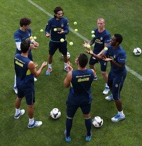 Fenerbahçe, yeni sezon hazırlıklarını Fenerbahçe Can Bartu Tesisleri'nde yaptığı antrenmanla sürdürdü