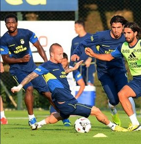 Fenerbahçe, yeni sezon hazırlıklarını günün ikinci antrenmanıyla sürdürdü