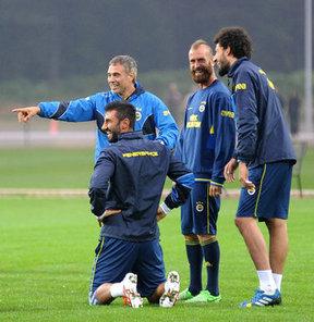 Fenerbahçe, yeni sezon hazırlıklarını Topuk Yaylası Tesisleri'nde akşam antrenmanıyla sürdürdü