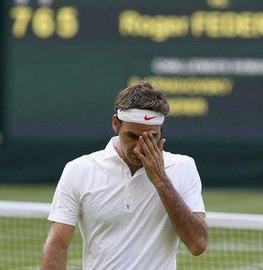 Wimbledon Tenis Turnuvası'nda, Roger Federer, öne geçtiği maçta Ukraynalı Sergiy Stakhovsky'e 3-1 yenilerek ikinci turda elendi