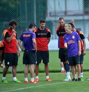 Galatasaray, 2013-2014 futbol sezonu hazırlıklarını Florya Metin Oktay Tesisleri'nde yaptığı antrenmanla sürdürdü