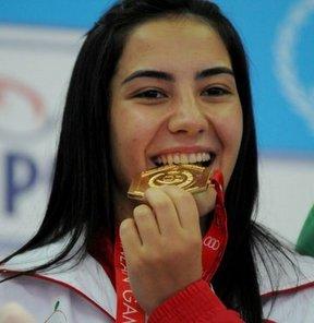 17. Akdeniz Oyunları'nda raffa tek kadınlar finalinde birinci olan milli sporcu Deniz Demir, Türkiye'ye boccedeki ilk altın madalyayı kazandırdı