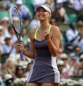 Fransa Açık'ta (Roland Garros) yapılan tek kadınlar yarı final maçında, 2 numaralı seri başı Rus Maria Sharapova, 3 numaralı seri başı Belaruslu Victoria Azarenka'yı 6-1, 2-6 ve 6-4'lük setlerle 2-1 yenerek, finale yükseldi.
