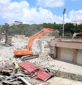 Yeniden yapımı için çalışmalara başlanan BJK İnönü Stadı'nda yıkım işlemleri devam ediyor