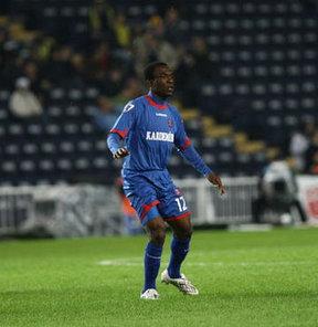 PTT 1. Lig ekiplerinden Gaziantep Büyükşehir Belediyespor, Kamerunlu savunma oyuncusu Armand Deumi ile prensipte anlaştı