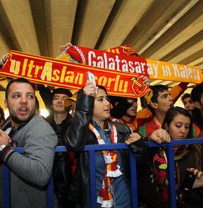 İzmir'de Galatasaray kafilesini bekleyen sarı-kırmızılı taraftarlar görevine son verilen Fatih Terim'e büyük destek verdi