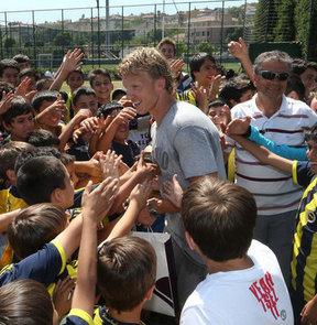 Fenerbahçe'nin Hollandalı futbolcusu Dirk Kuyt, kulübün futbol okullarındaki öğrencilerle bir araya geldi