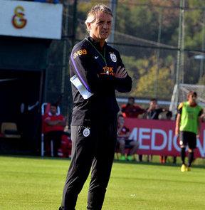 Galatasaray'da teknik direktör Roberto Mancini geldiği günden beri boş durmuyor