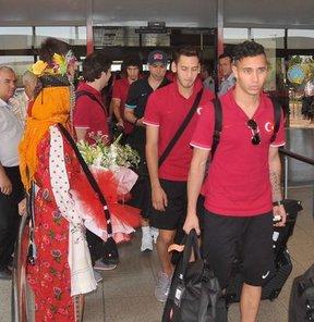 FIFA 20 Yaş Altı Dünya Kupası'nda, ilk 16 takım arasına giren Türk milli takımı, Gaziantep'te çiçeklerle karşılandı