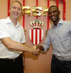 Monaco, Eric Abidal'i bir yıllığına kadrosuna kattığını resmen duyurdu.