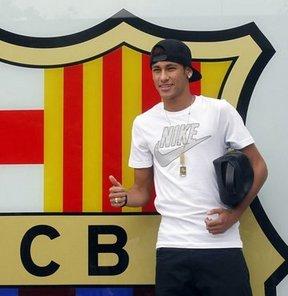 Brezilya'nın Santos Kulübü'nden Barcelona'ya transfer olan Brezilyalı forvet oyuncusu Neymar, resmi imzayı atmak için bir günlüğüne Barcelona kentine geldi