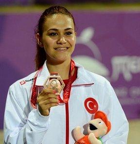 17. Akdeniz Oyunları'nda atletizmde kadınlar 100 metre elemelerinde sakatlanan Nimet Karakuş, yarışı tamamlayamadı