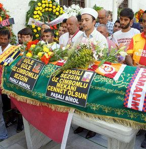 Galatasaray tribünlerinin simge isimlerinden engelli taraftar Sezgin Özcimbomlu, son yolculuğuna uğurlandı