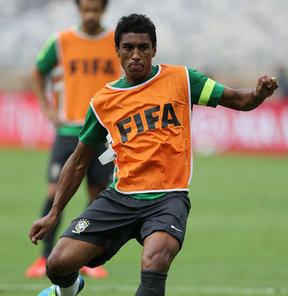Tottenham Hotspur, gelecek sezon öncesi ilk transferini Brezilyalı orta saha oyuncusu Paulinho'yu alarak gerçekleştirdi