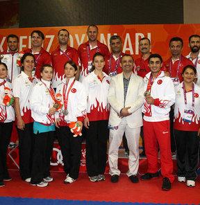 """17. Akdeniz Oyunları'nda mücadele eden Türk sporcular, karatede kazandıkları madalyalarla oyunlar tarihindeki """"altın"""" rekorunu kırdı"""
