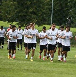 Beşiktaş'ın Portekizli oyuncusu Hugo Almeida, siyah beyazlı takımın yaptığı akşam idmanına sakatlığı nedeniyle katılmadı
