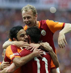 Galatasaray'ın ve milli takımın genç futbolcusu Semih Kaya, tatilini geçirdiği İzmir'de hastaneye kaldırıldı