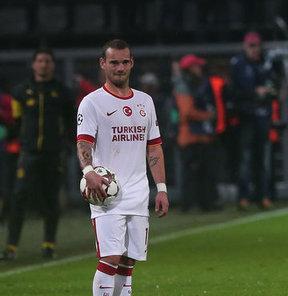 Sneijder su şişesini fırlattı
