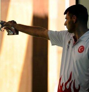 17. Akdeniz Oyunları'nda havalı ateşli silahlar 50 metre serbest tabanca kategorisinde birinci olan Yusuf Dikeç, altın madalya kazandı