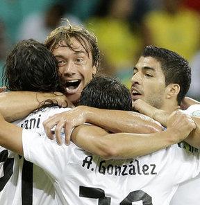 FIFA Konfederasyonlar Kupası B Grubu'nda Uruguay, Nijerya'yı 2-1 yenerek yarı finale çıkmak için avantaj yakaladı