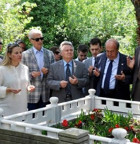 Beşiktaş eski başkanlarından Mehmet Üstünkaya, vefatının 13. yılında kabri başında anıldı