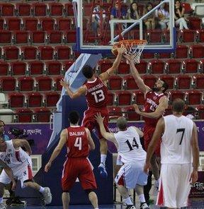 17. Akdeniz Oyunları'nda basketbolda A Grubu'nda mücadele eden Türkiye, ikinci maçında Mısır'ı 86-66 yenerek, yarı finale çıkmayı garantiledi